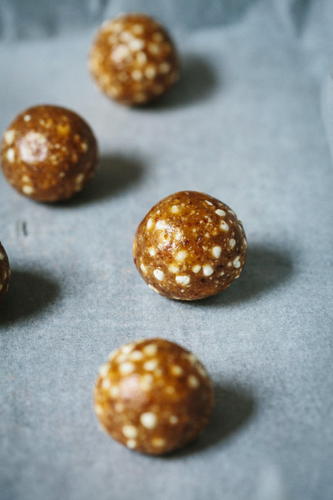 This raw caramel fudge truffles recipe swaps out the junk found in most commercial chocolate bars for sticky, sweet dates, cashew butter and millet crisps.